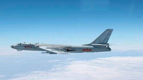 Instantánea de un bombardero chino H-6 sobrevolando el espacio aéreo japonés publicada por la Fuerza Aérea de Autodefensa de Japón el 27 de octubre de 2013.