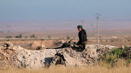 Una soldado de las Fuerzas Democráticas Sirias en un puesto de vigilancia en Siria, el 24 de noviembre de 2015.