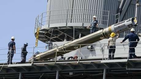 Un misil de crucero Tomahawk es cargado en el buque nodriza de submarinos USS Frank Cable en Guam, el 16 de noviembre de 2012.