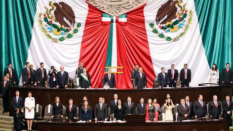 El presidente Felipe Calderón entrega la presidencia a Enrique Peña Nieto en el Congreso. Ciudad de México, 1 de diciembre de 2012.