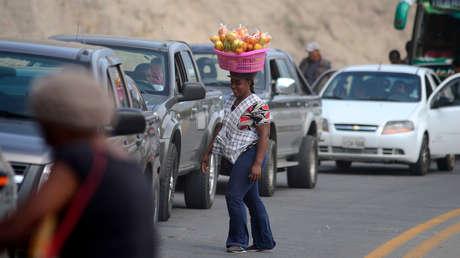 Una afrodescendiente vende frutas en una carretera de Carpuela, provincia de Imbabura (Ecuador).