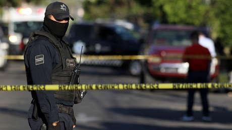 Un policía monta guardia tras una persecución en Guadalajara, Mexico, marzo de 2018.