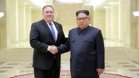 El líder norcoreano, Kim Jong-un, y el secretario de Estado de EE.UU. en los Estados Unidos, Mike Pompeo, en Pionyang, el 9 de mayo de 2018.