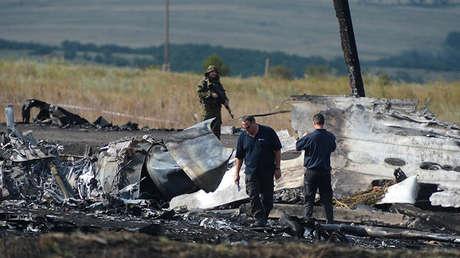 Integrantes de la misión de la OSCE y expertos en aviación de Dinamarca y Australia trabajan en el lugar del accidente del Boeing 777 de Malaysia Airlines cerca de la aldea de Grabovo (Ucrania), 25 de julio de 2014