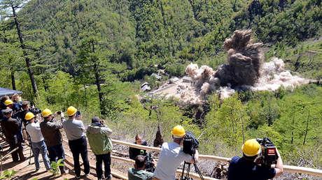 Un grupo de periodistas contemplan la destrucción del centro de pruebas nucleares de Punggye-ri.