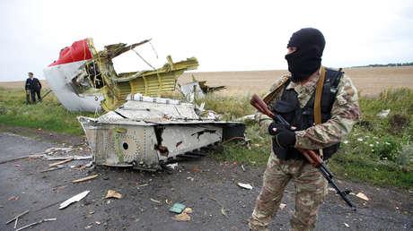 Un soldado de las autodefensas de Donetsk en el lugar donde cayó el Boeing 777 de Malaysia Airlines, en Ucrania, el 18 de julio de 2014.