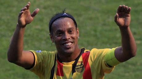 Ronaldinho saluda a los hinchas tras un partido amistoso en Tegucigalpa, Honduras, el 30 de julio de 2017.