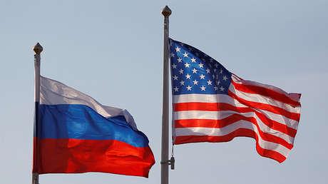 Banderas nacionales de Rusia y EE.UU.