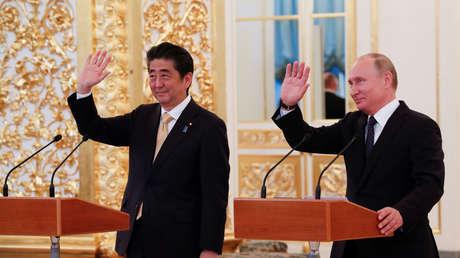El presidente de Rusia, Vladímir Putin, y el primer ministro japonés, Shinzo Abe, en Moscú, el 26 de mayo de 2018.