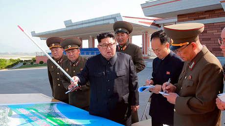 Kim Jong-un inspecciona el lugar de construcción de la zona turística costera de Wonsan, 26 de mayo de 2018