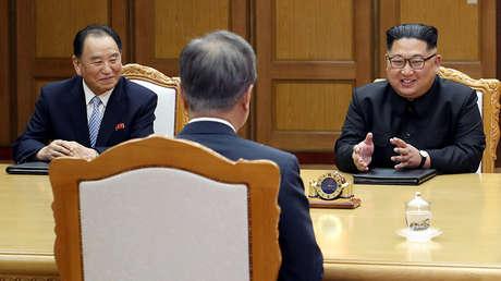 Kim Jong-un habla con Moon Jae-in durante su encuentro en Panmunjom, 26 de mayo de 2018