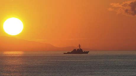 El destructor de misiles USS Higgins (DDG 76) cerca de las costas de Haití, el 15 de enero de 2010