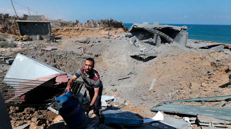 Un hombre inspecciona una base militar de Yihad Islámica Palestina después de un ataque aéreo israelí en el sur de la Franja de Gaza, el 30 de mayo de 2018.