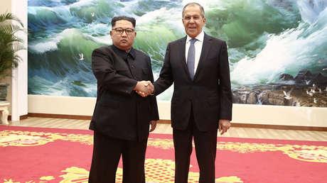 El líder norcoreano, Kim Jong-un, junto con el canciller ruso, Serguéi Lavrov.