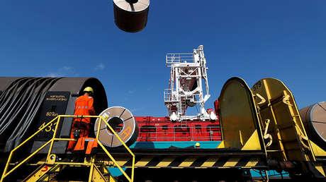 Descarga de bobinas de metal desde un tren en la planta de acero de ArcelorMittal en Gante, Bélgica.
