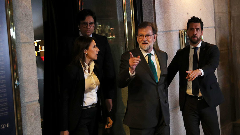 VIDEO: Rajoy pasa ocho horas en un bar mientras el Congreso debate la moción de censura