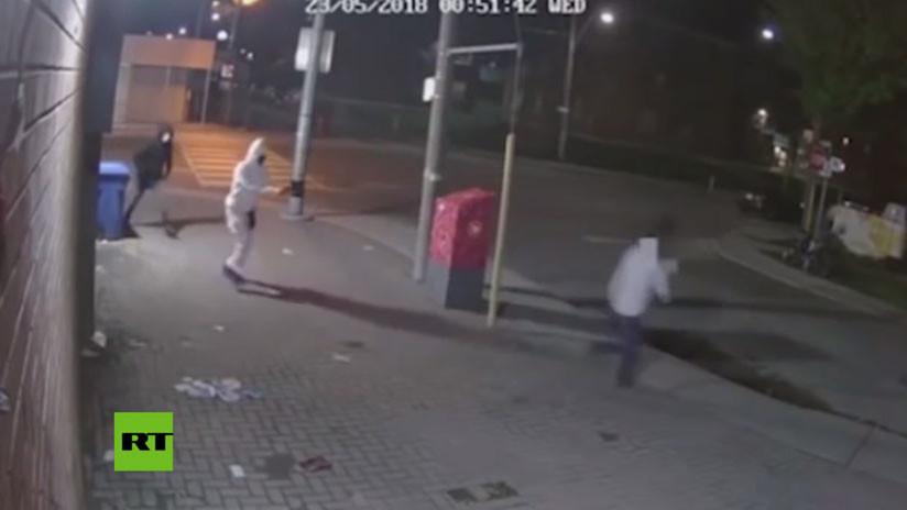 FUERTE VIDEO: Se salva de morir de un balazo en la cabeza porque se atasca el arma del criminal