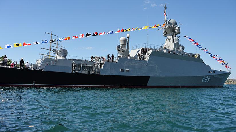 La sexta corbeta rusa Buyán de misiles guiados iza la bandera de San Andrés en Sebastopol