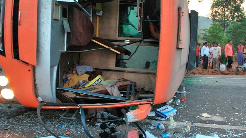 VIDEOS, FOTOS: Al menos once muertos tras un choque entre un camión y un microbús en México