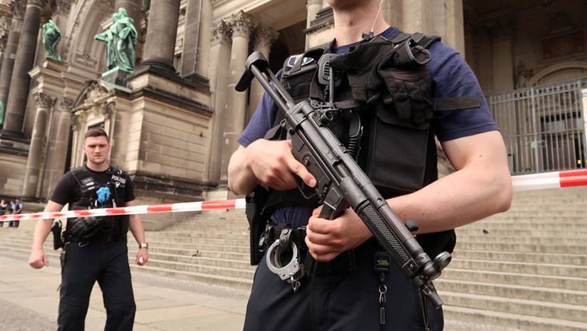 Un policía abre fuego contra un hombre en la catedral de Berlín (VIDEO)