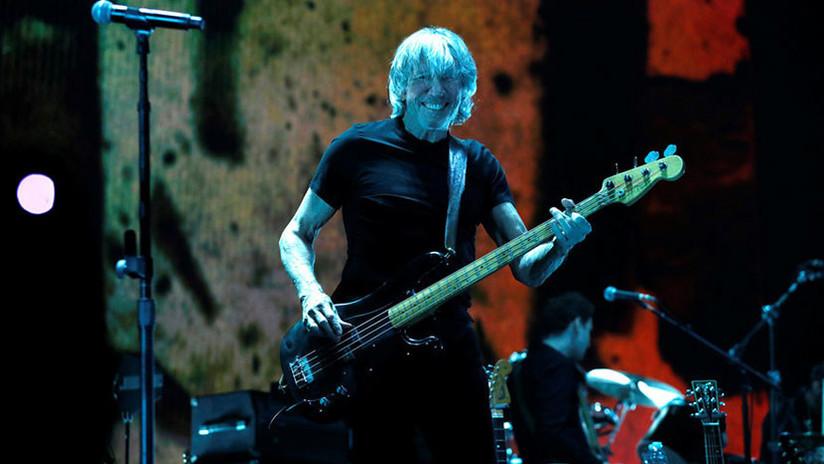 FOTOS: Exlíder de Pink Floyd muestra su apoyo a Assange durante un concierto en Berlín