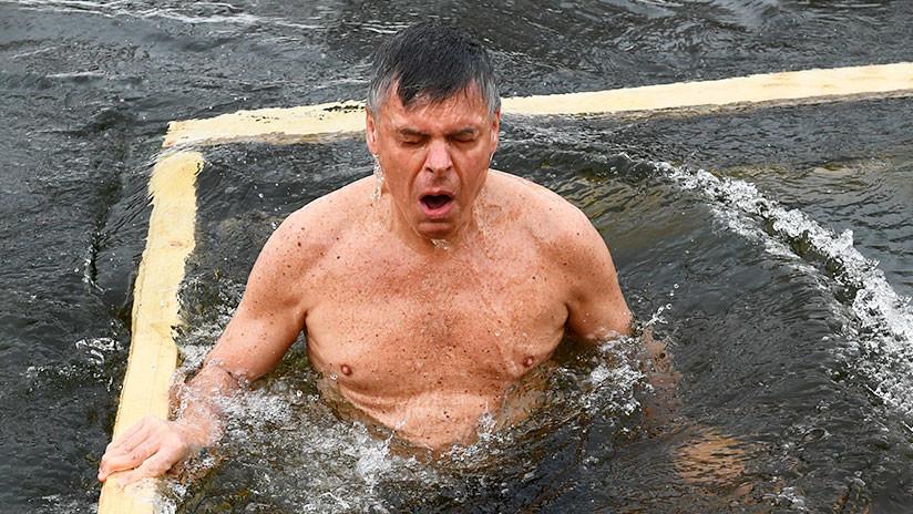 El embajador de EE.UU. en Moscú admite que se sumergió en aguas heladas para competir con Putin