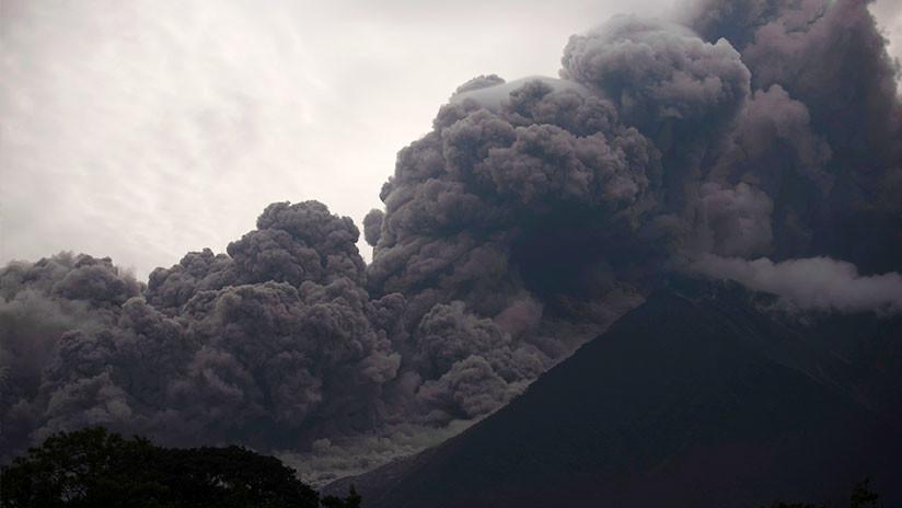 Efecto Photoshop: Las cenizas del Volcán de Fuego 'retocan' un campo de golf en Guatemala