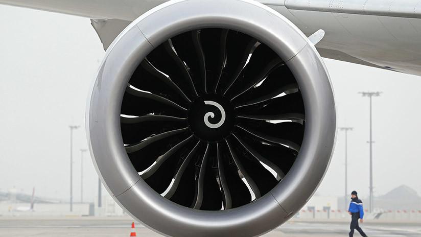 VIDEO: Un turista es arrojado por los aires al filmar el despegue de un avión a metros de distancia