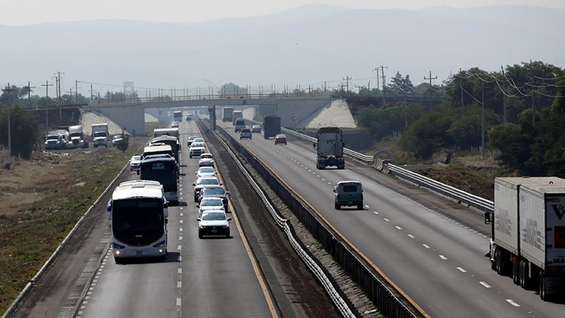 """VIDEO: Un auto choca contra un """"escritorio salvaje"""" que aparece de la nada en media autopista"""