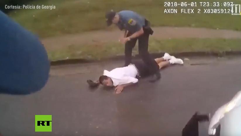 VIDEO: Un policía de EE.UU. embiste a un sospechoso con el auto patrulla