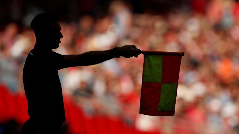 Un árbitro saca una tarjeta verde por primera vez en un partido