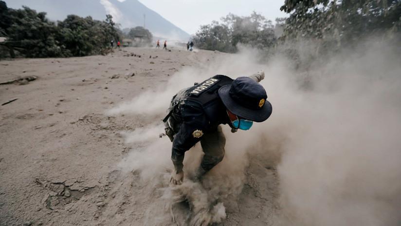 FOTOS: Rescatistas huyen cuando el Volcán de Fuego vuelve a entrar en erupción
