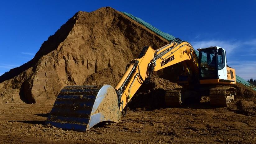 VIDEO IMPACTANTE: Un hombre cae del balde de una excavadora en China