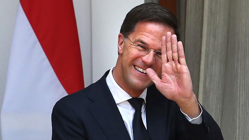 VIDEO: El 'premier' neerlandés vuelca su café en el Parlamento y asombra con lo que hace después