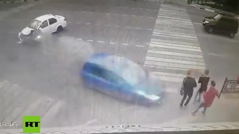 FUERTE VIDEO: Un auto se estrella con otro a toda velocidad y tres adolescentes saltan por los aires
