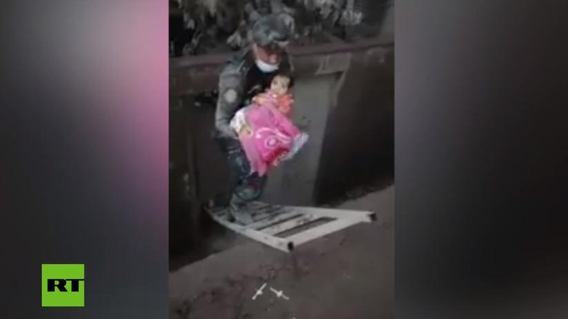VIDEO: Momento en que rescatan a una bebé tras la erupción del Volcán de Fuego