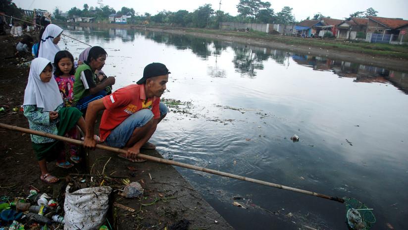 Un hombre encuentra un cadáver durante competencia de pesca en Indonesia