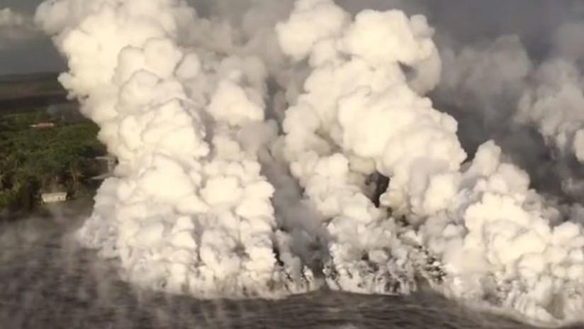 VIDEO: Se forman gigantescas nubes tóxicas al derramarse la lava del volcán Kilauea en el océano