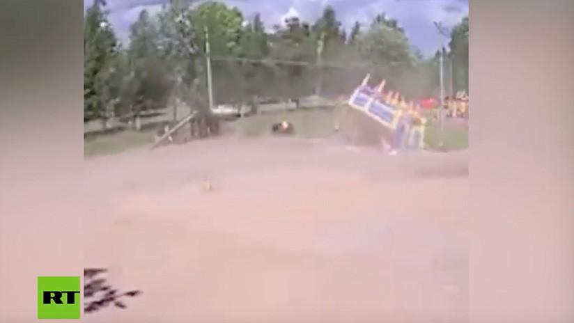 VIDEO: Una violenta ráfaga de viento tumba un castillo inflable con niños dentro