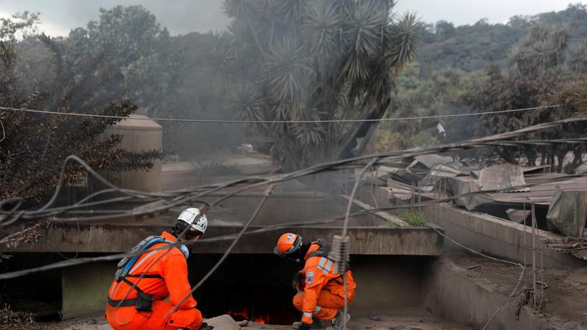 VIDEO: Así de extremas son las condiciones en las que bomberos de Guatemala buscan sobrevivientes