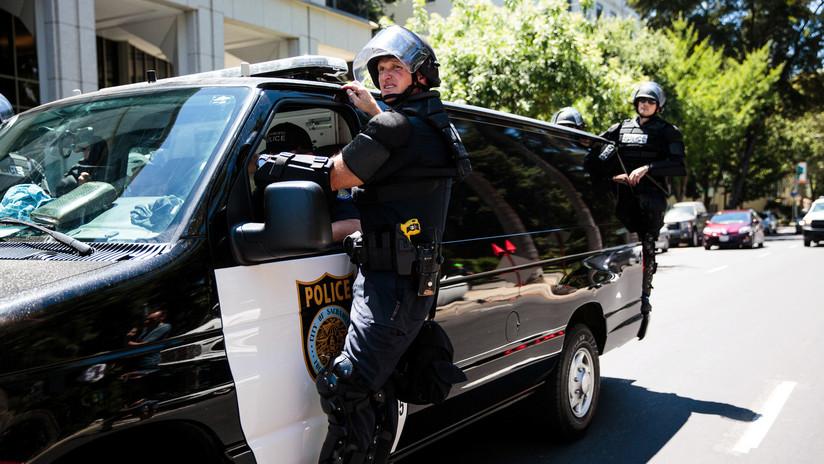 Épico ataque de furia: Embiste contra varios autos en California y los 'acaba' a patadas (VIDEO)