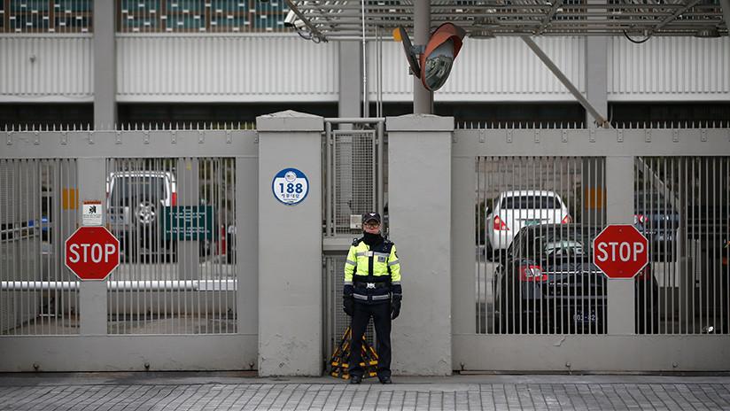 FOTO: Un coche se estrella contra las puertas de la Embajada de EE.UU. en Seúl