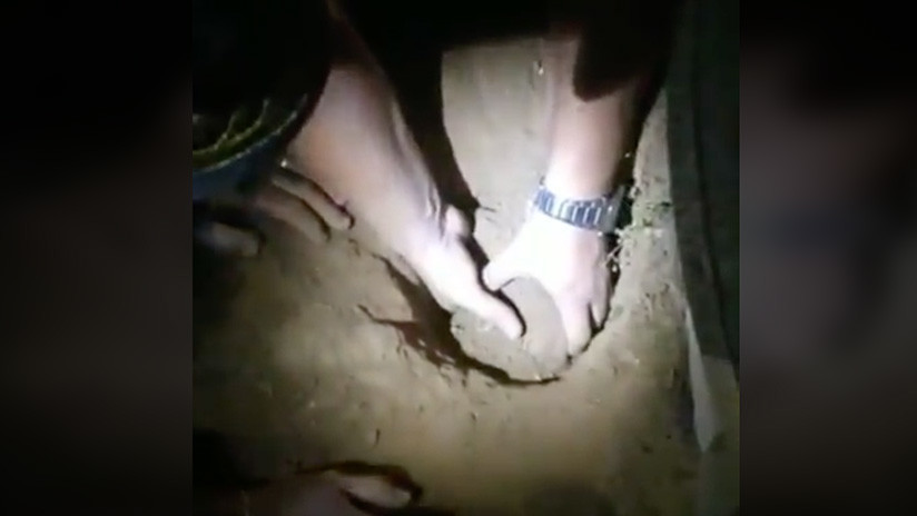"""FUERTE VIDEO: El """"desesperante"""" rescate de una recién nacida que sobrevivió siete horas enterrada"""