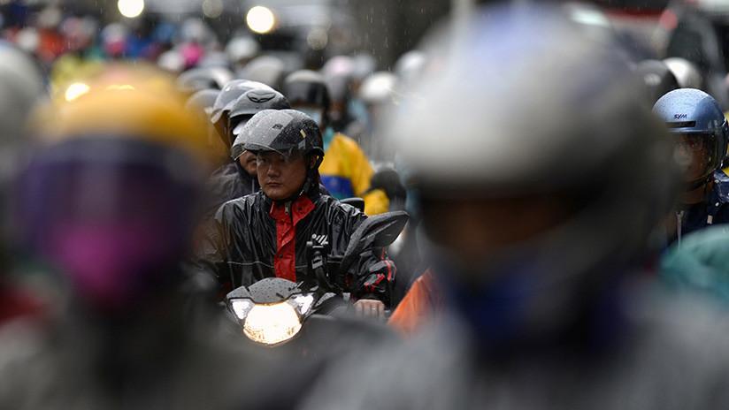 FUERTE VIDEO: Un camión pasa por encima de la cabeza de un motociclista en Filipinas