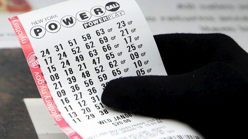 Devuelve un boleto de lotería de un millón de dólares a un cliente que lo olvidó en su tienda