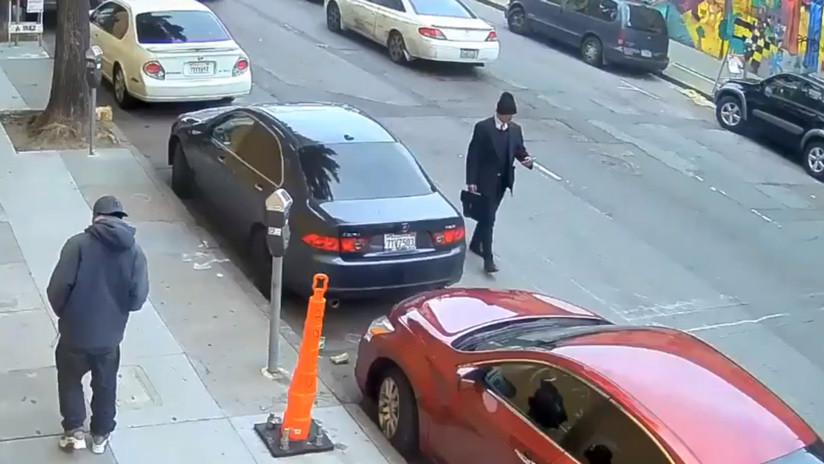 VIDEO: Un hombre patea violentamente a una persona 'sin techo' que dormía en la calle