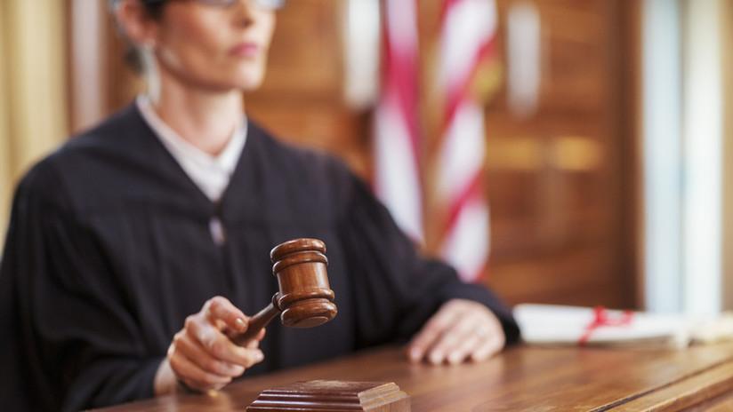 """""""El único abogado, testigo y juez"""": Se defienden en juicio con un león de peluche al que creen Jesús"""