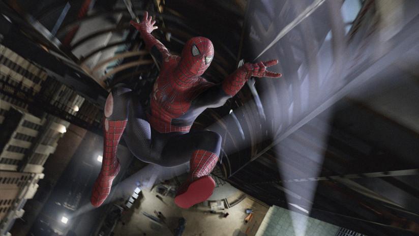 VIDEO: 'Spiderman' trepa por un edificio y salva la vida de un bebé que quedó colgado de unas rejas