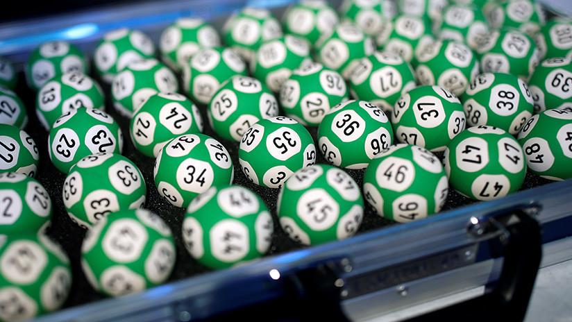 FOTO: Una jamaiquina recoge un gran premio de lotería con una máscara