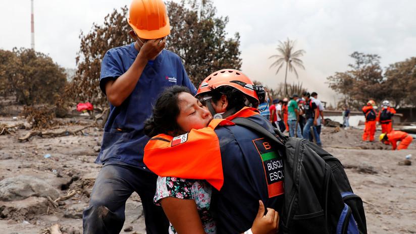 """""""Nuestro deber es encontrarlos"""": Familiares buscan cuerpos enterrados por el Volcán de Fuego"""